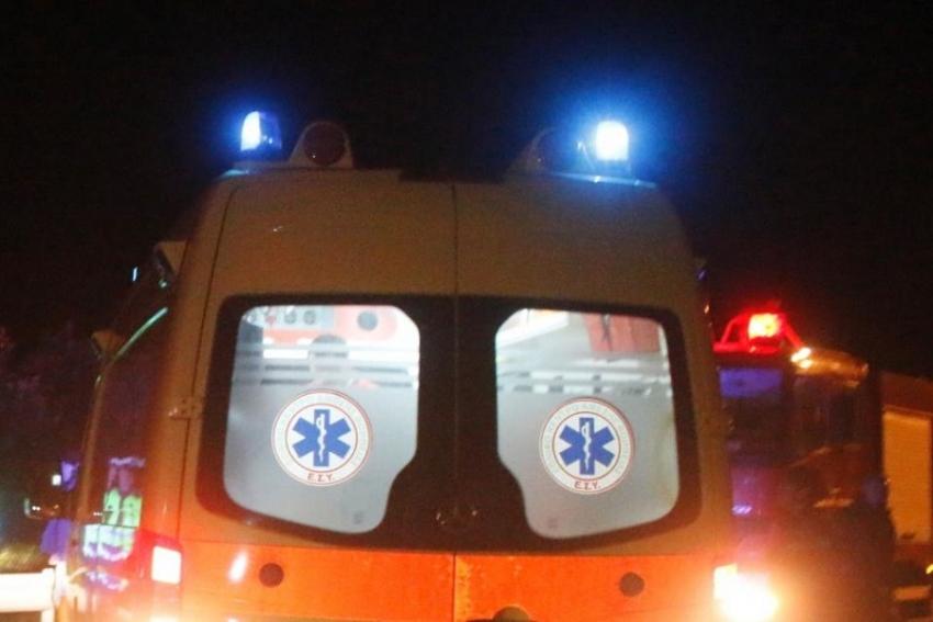 Ασθενοφόρο του ΕΚΑΒ βράδυ
